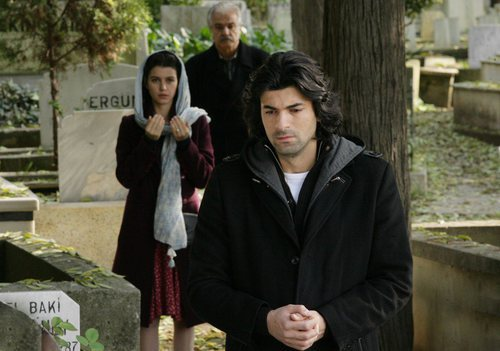 Kerim visita la tumba de su madre en la segunda temporada de 'Fatmagül'