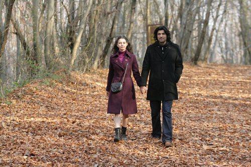 Fatmagül y Kerim pasean juntos durante una escena de la segunda temporada de 'Fatmagül'