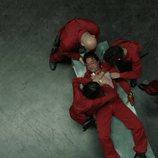 Los atracadores, obligados a ocuparse de la herida de Arturo en el 1x04 de 'La Casa de Papel'