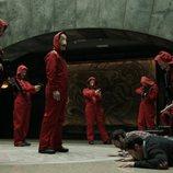 Los atracadores y rehenes reciben al personal médico en el 1x04 de 'La Casa de Papel'