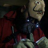 Oslo trabaja en un explosivo en el 1x04 de 'La Casa de Papel'