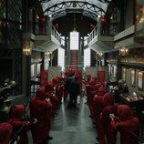 Rehenes y atracadores rodean a los médicos en el 1x04 de 'La Casa de Papel'