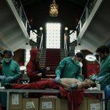 Los médicos se encargan de operar a Arturo en el 1x04 de 'La Casa de Papel'