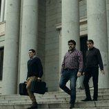 Ángel y los médicos salen de la Fábrica de Moneda y Timbre en el 1x04 de 'La Casa de Papel'
