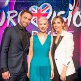SuRie junto a Måns Zelmerlöw y Mel Giedroyc en 'Eurovision You Decide'