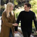 Emma Stone coge del brazo a Jonah Hill en la primera temporada de 'Maniac'