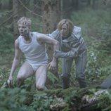 Lucas Lynggard Tønnesen y Alba August escapan en una imagen de 'The Rain'