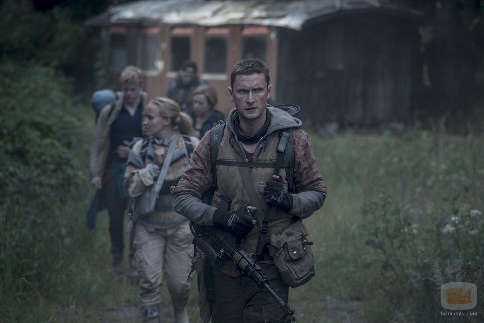 Rasmus, Lea, Patrick, Simone y Martin caminan en un capítulo de 'The Rain'