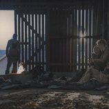 Simone, Rasmus, Beatrice y Lea se protegen en un granero en 'The Rain'