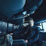 Rasmus en un autobús accidentado en una imagen de 'The Rain'