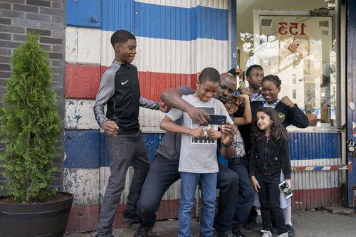 Luke Cage haciéndose una foto junto a un grupo de niños en 'Luke Cage'
