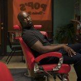 Mike Colter en una peluquería como el protagonista de 'Luke Cage'
