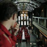 Berlín observa a los rehenes en el 1x05 de 'La Casa de Papel'