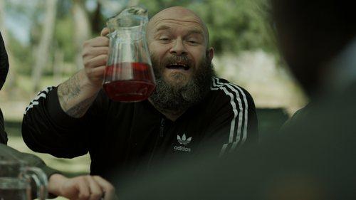 Helsinki con una jarra en la mano en el 1x06 de 'La Casa de Papel'