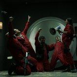 El grupo de atracadores gritan entusiasmados tras encontrar billetes en el 1x08 de 'La Casa de Papel'