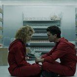 Mónica y Denver charlan en la caja acorazada de la Fábrica de la Modena y Timbre en el 1x09 de 'La Casa de Papel'