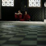 Río y Tokio sentados en el baño en el 1x08 de 'La Casa de Papel'