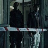 El Profesor acompaña a la policía en un registro en el 1x10 de 'La Casa de Papel'