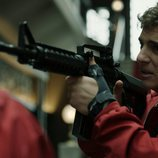 Río apunta con una metralleta a una de las rehenes en el 1x09 de 'La Casa de Papel'