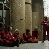 Helsinki junto a un grupo de rehenes entre bobinas en el 1x08 de 'La Casa de Papel'