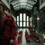Tokio se apoya pensativa en una escalera en el 1x09 de 'La Casa de Papel'