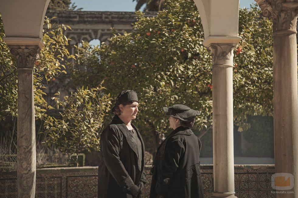 Ana Wagener habla con otro personaje en 'La otra mirada'