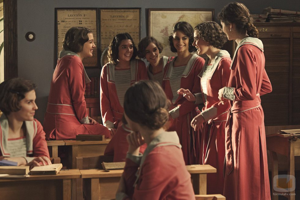 Las alumnas de la academia de señoritas de 'La otra mirada' hablan entre sí