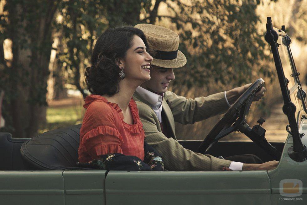 Dos de los personajes de 'La otra mirada' montan en un coche
