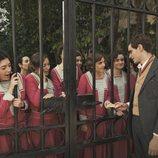 Las alumnas de la academia de señoritas de 'La otra mirada' se agolpan en la puerta