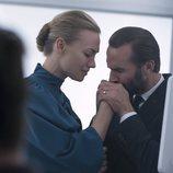 El Comandante y  Serena Joy se agarran de la mano en la segunda temporada de 'The Handmaid's Tale'
