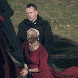 Offred esposada y amordazada en la segunda temporada de 'The Handmaid's Tale'