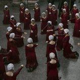 Las criadas arrodilladas en la segunda temporada de 'The Handmaid's Tale'