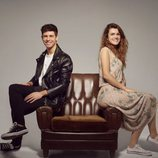 Amaia y Alfred, sentados en un sillón, sonríen en el posado oficial para Eurovisión 2018