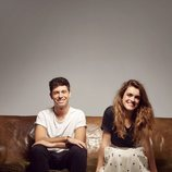 Alfred y Amaia, sentados en un sofá, posan muy sonrientes para Eurovisión 2018