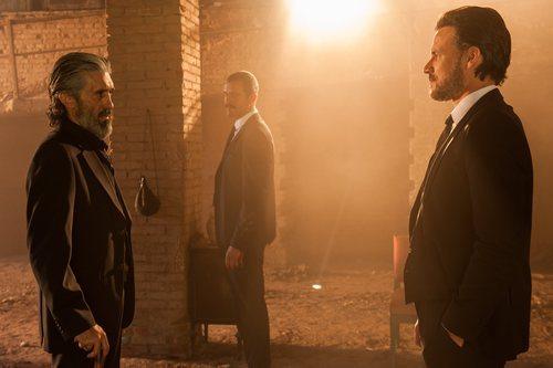Tomás Guerrero mira amenazante a un hombre en 'Gigantes'