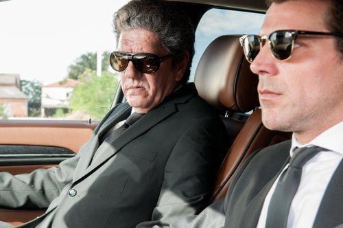 Antonio Dechent sentado en el asiento delantero de un coche en 'Gigantes'
