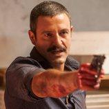 Daniel sujeta una pistola con su mano ensangrentada en la primera temporada de 'Gigantes'
