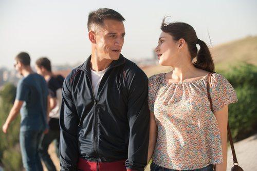 Clemente da un paseo de la mano con su novia en 'Gigantes'