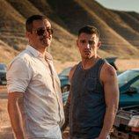 Daniel y Clemente, magullados delante de unos coches en una imagen de 'Gigantes'