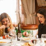 Sofía Oria y Yolanda Torosio comen en una imagen de 'Gigantes'