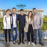 Julia Varela, Roberto Leal y Tony Aguilar posan con Alfred y Amaia, representantes de España en Eurovisión 2018