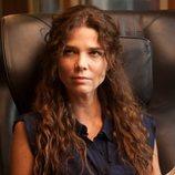 Juana Acosta sentada en la primera temporada de 'Gigantes'