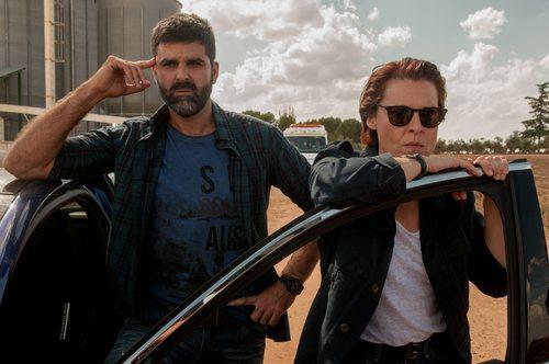Dos policías observando desde un coche en la primera temporada de 'Gigantes'