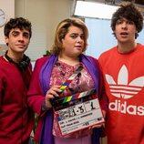 Javier Calvo, Javier Ambrossi y Brays Efe posan en el rodaje de 'Paquita Salas'