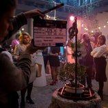 Brays Efe y varios figurantes en el rodaje de la segunda temporada de 'Paquita Salas'