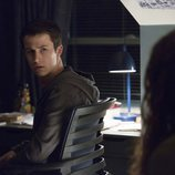 Clay habla con una chica en su habitación en la segunda temporada de 'Por 13 razones'