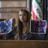 Jessica enseña dos fotografías con insultos en un juzgado en la segunda temporada de 'Por 13 razones'