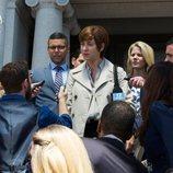 Olivia Baker, madre de Hannah, habla ante los medios en la segunda temporada de 'Por 13 razones'