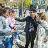 Amaia y Alfred saludan a un bebé en las calles de Lisboa