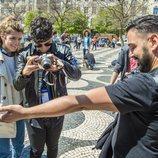 Amaia y Alfred hacen fotos en el centro de Lisboa durante Eurovisión 2018